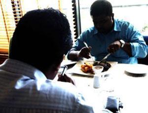 Эмиратский бизнесмен решил бесплатно кормить всех, кто потерял работу из-за кризиса