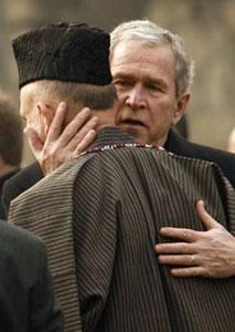 """Карзай наградил Буша медалью """"за помощь, содействие и службу афганскому народу"""""""
