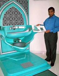 Гомез рядом со своим изобретением - устройством для омовения