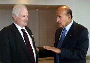 Встреча Амоса Гилада (слева) и Омара Сулеймана