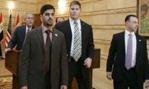 Иракского журналиста, бросившего в Буша ботинки, будет защищать адвокат Саддама Хуссейна