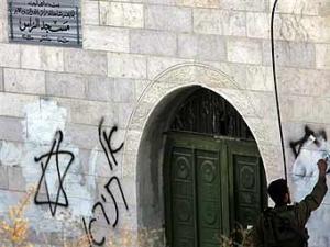Eврейские поселенцы вновь расписали мечеть оскорбительными граффити
