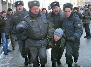 В конце митинга КПРФ милиция задержала молодых людей, выкрикивающих запрещенные лозунги. фото lenta.ru
