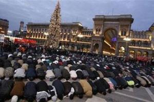 Тысячи митингующих прочли общий намаз у главной церкви Милана