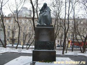 """Православный пикет проходил возле памятника Гоголю, автору """"Размышлений о Божественной литургии"""""""