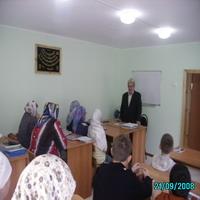 Российский краевед Ибрагим Гуркин выступает перед учашимися мактаба г.Каменкаил