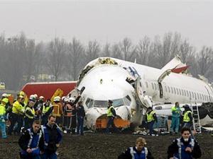 """Причиной крушения турецкого """"Боинга"""" в аэропорту Амстердама могли стать неполадки двигателя."""