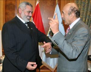 """Премьер-министр Палестины Исмаил Ханийя и глава египетских спецслужб Омар Сулейман (фото из архива """"Аль-Джазиры"""")"""