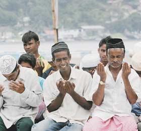 200 мусульман три недели провели в море, спасаясь от насильственного обращения в буддизм