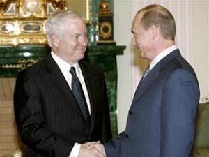 """Роберт Гейтс (слева) обвинил Владимира Путина в """"имперских замашках"""""""