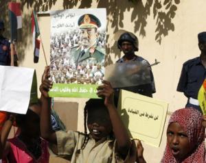 Суданские школьницы приняли участие в митинге в поддержку президента Омара аль-Башира перед зданием ООН в Хартуме