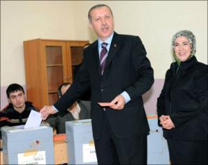 Тайип Эрдоган со своей женой на избирательном участке в Стамбуле