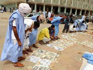 Жители читают газеты на улицах Нуакшота