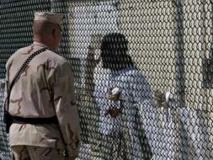 Беседа охранника с заключенным в Гуантанамо. Фото ©AFP