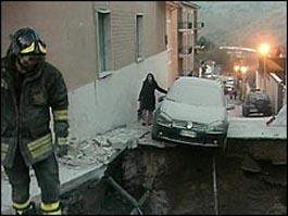 На месте трагедии ведутся спасательные работы