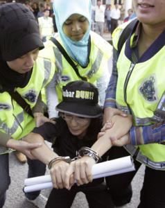 Протесты оппозиции в Малайзии сопровождаются арестами