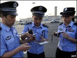 Китайские полицейские проверяют документы у журналистов