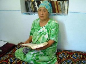 Римма Андреевна Гафурова читает Коран. Фото ИА «Фергана.Ру»