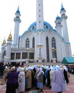 Мусульманки у мечети Кул Шариф в Казани