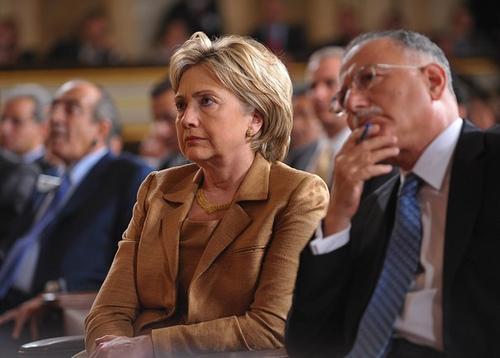 Госсекретарь США Хиллари Клинтон (слева) и генеральный секретарь Организация Исламской конференции Экмеледдин Ихсаноглу (справа) слушают речь президента США в Каире. AFP PHOTO