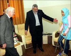 Джимми Картер и Исмаил Ханийя приветствуют палестинскую девушку, пострадавшую в ходе войны в Газе