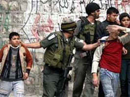 Некоторым из палестинцев, которых израильские солдаты били и связывали руки, было по 14 летсгоняют в школу