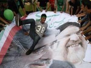Предвыборная кампания в Иране. На баннере изображены Мир-Хоссейн Мусави (слева) и Мухаммад Хатами