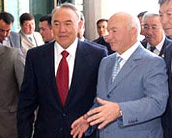 Президент Казахстана Нурсултан Назарбаев с мэром Москвы Юрием Лужковым