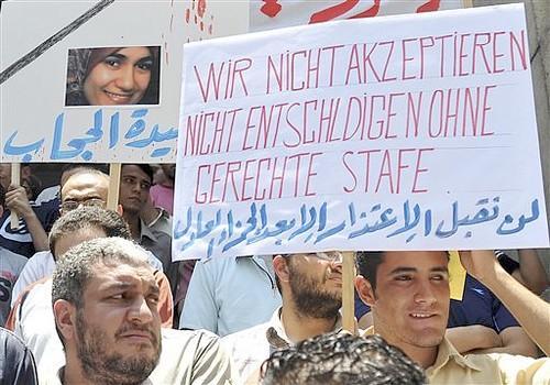 """Многочисленные митинги скорби и протеста прошли по всему Египту. """"Мученице за хиджаб"""" были возданы почести на самом высоком уровне."""
