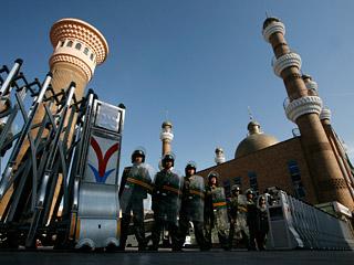 """Улицы прочесывают патрули и агитбригады, призывающие сохранять """"национальное единство"""", по некоторым данным, в Урумчи закрыты мечети, а мусульманам велели совершать молитвы дома"""