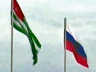Государственные флаги России и Абхазии