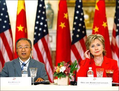 Хиллари Клинтон и член Госсовета КНР Дай Бинго