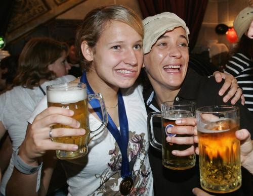 Немецкие девушки предпочитают времяпрепровождение в пабах семейной жизни