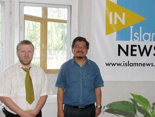 Генеральный директор Национального космического агентства Малайзии, М. Субару (справа) и председатель правления Ассоциации «Собрание» М. Саляхетдинов (слева) в офисе редакции IslamNews.ru