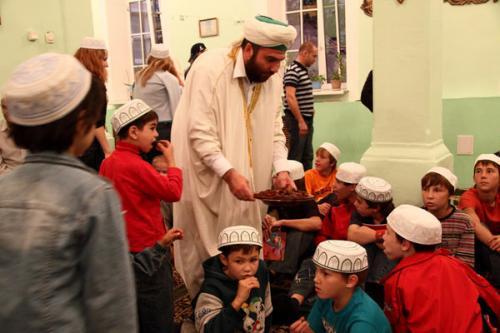 В первый день Рамадана мусульмане накормили сирот