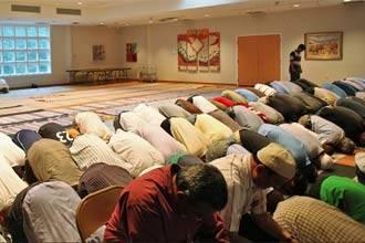 Мусульмане Вирджинии во время молитвы в местной синагоге