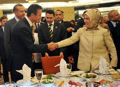 Андерс Фог Расмуссен пожимает руку Эмине Эрдоган на ифтаре в Анкаре, 27 августа 2009 г