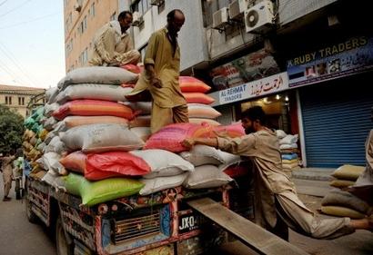 Разгрузка машины с сахаром. Карачи, 29 августа 2009 г