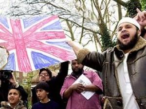После терактов в Лондоне община, особенно молодежь, попала под особый контроль полиции