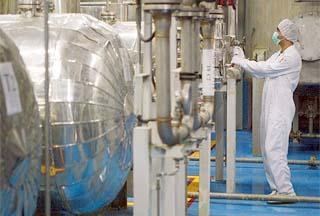 Иран, подписавший договор о нераспространении ядерного оружия, говорит, что не будет отказываться от своих ядерных прав под давлением Запада