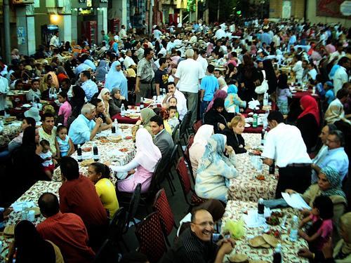 Состоятельные египтяне ежедневно кормят два миллиона бедняков