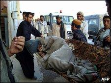 Жертвы авианалета поступают в центральную больницу провинции Кундуз