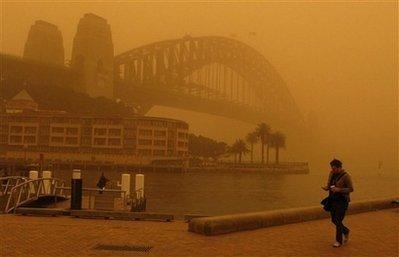 Из-за пыли небо в Австралии стало красным