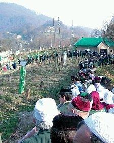 Чеченцы совершают паломничество к могиле матери Кунты Кишиева