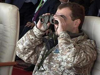 Президент Медведев прибыл на военные учения в Казахстан