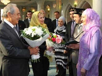 Клинтон поздравила молодоженов с никахом