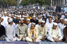 В Париже, как и в Москве, мусульмане вынуждены молиться на улице