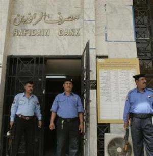 Единственными мужчинами в штате отделения банка являются охранники