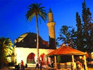 Мусульмане Кипра против бара рядом с мечетью