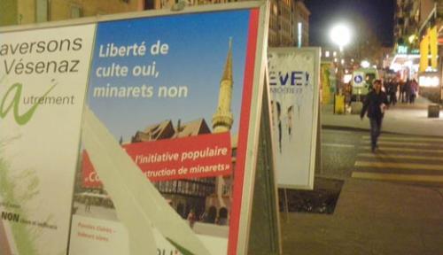 Плакат на одной из  улиц Женевы,  призывающий к запрету строительства минаретов